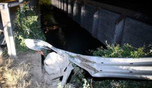 Auto si schianta contro un guard rail, quattro giovani morti