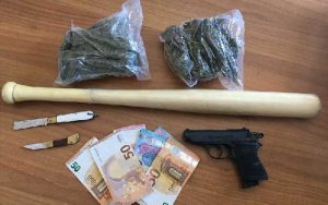 Detenevano droga, coltelli e mazza da baseball. 2 giovani arrestati