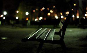Tutte le notti su una panchina per poter lavorare, la storia di Grazia che guadagna 310 euro al mese