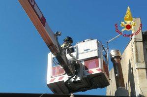 Sale sul tetto per riparare antenna ma non riesce a scendere, salvato dai VdF