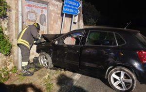 Brutto incidente sulla Ss 106, auto perde il controllo e sbatte contro casolare. 4 giovani feriti