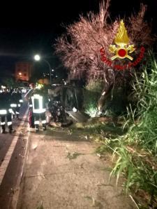 San Sostene – 21enne nella notte impatta violentemente contro albero e palo sulla Ss 106, trasportato in ospedale