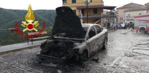 Auto in transito prende fuoco, illeso il conducente