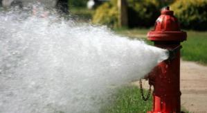 Vendevano acqua rubata da un idrante antincendio, padre e figlio denunciati