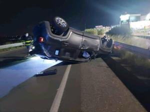 Violento scontro tra due auto sulla S.S.106, illesi i conducenti