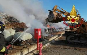 Incendio in una discarica rifiuti, vigili del fuoco al lavoro