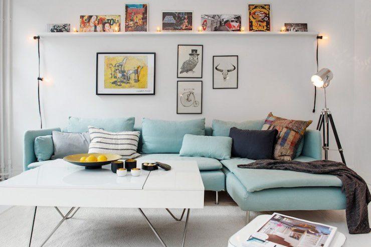 déco-salon-scandinave-canapé-L-turquoise-pastel-lampadaire-projecteur-guirlande