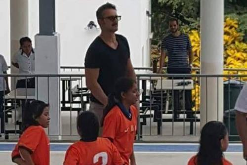 Los niños juegan fútbol y baloncesto con el cantante. (Foto: captura de Twitter)