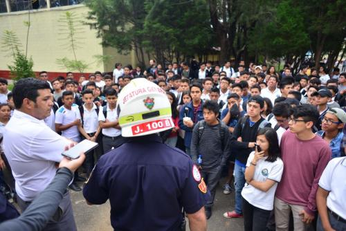 El director intentó tranquilizar al resto de alumnos. (Foto: Jesús Alfonso/Soy502)