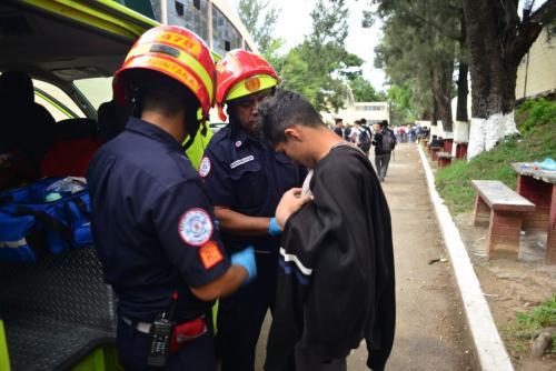 Los alumnos fueron atendidos por Bomberos Municipales. (Foto: Jesús Alfonso/Soy502)