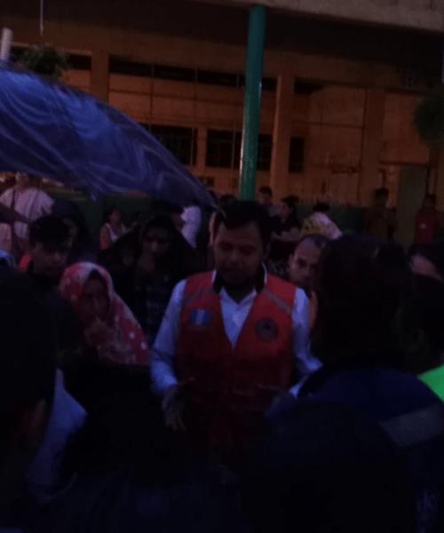 Personal vestido con chaleco de Conred llegó a un albergue para llevarse ropa, víveres y medicinas que los damnificados recibieron como parte de donaciones particulares. (Foto: Soy502)