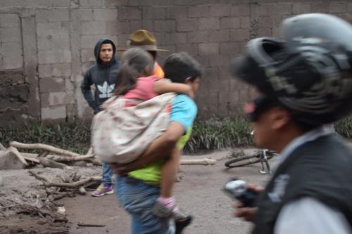 Rubén Darío logró sacar a su familia. A su hija de siete años la sacó cargándola en la espalda. (Foto: Manuel Cobar)