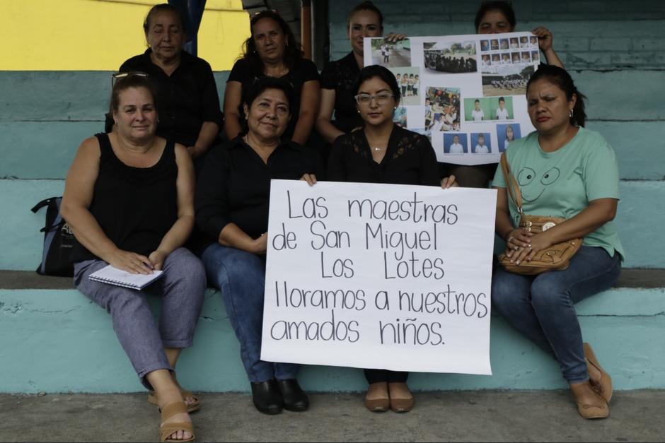 Las maestras continúan su labor de búsqueda en cada albergue. (Foto: Alejandro Balán/Soy502)