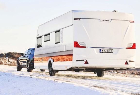 Circular con caravana cuando nieva