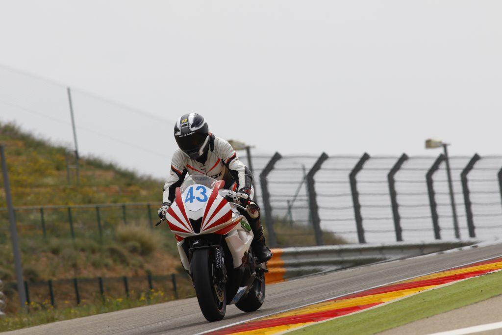Anna43 y su Honda CBR 600RR en el circuito de Motorland Aragón.