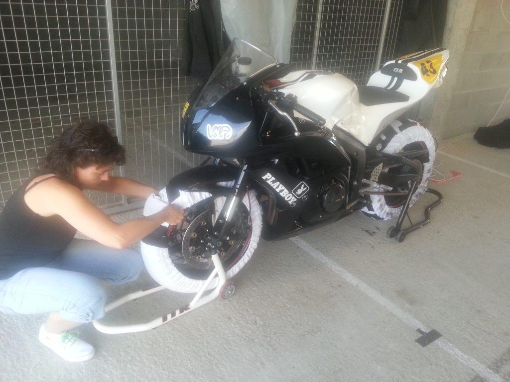 Mi madre poniendo calentadores a la moto en circuito. ANNA43