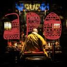 japón un monje budista rezando