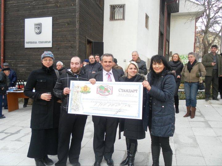 Созопол ликува - Панайот Рейзи показва чека - награда за първото място на Созопол