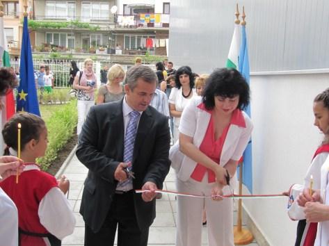 Кметът Панайот Рейзи и председателят на общински съвет Созопол - Красимира Германова прерязват лентата