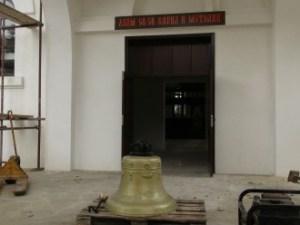 """Монтираха 300 килограмовата бронзова камбана на храма """"Св.Св.Кирил и Методий"""" в Созопол 2"""