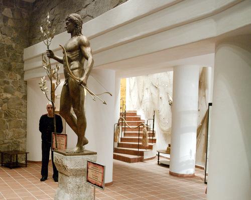 Статуя на Аполон лечител във фоайето на музея