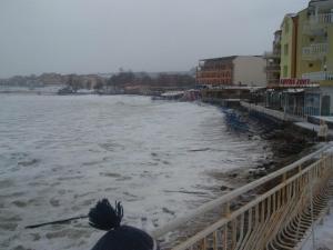 Вълните заливат плаж Хармани в Созопол 1