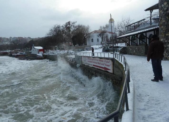 През зимата на 2012 бурните вълни на Черно Море нанесоха поражения по цялото българско крайбрежие. Видео от Созопол и Царево