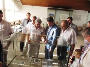 Президентът на Република България - Росен Плевнелиев разглежда изложбата от монети