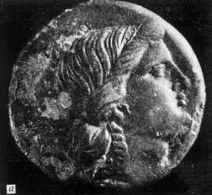 """Бронзова монета на Аполония с изображение на статуята на Аполон Лечител, открита при разкопки на тракийската крепост """"Малкото кале"""" край Равадиново (лице)."""