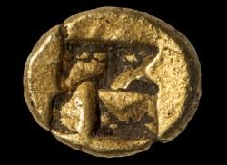 Експертите на НИМ са я изследвали старателно и са установили, че е изработена от сплав от злато и сребро и най-вероятно е сечена в античния град-държава Лидия