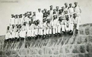 """Групова фотография на курсанти и техният ръководител от Морското машинно училище, намирало се на остров """"Св. Кирик"""" край Созопол, 1938 г. 1"""