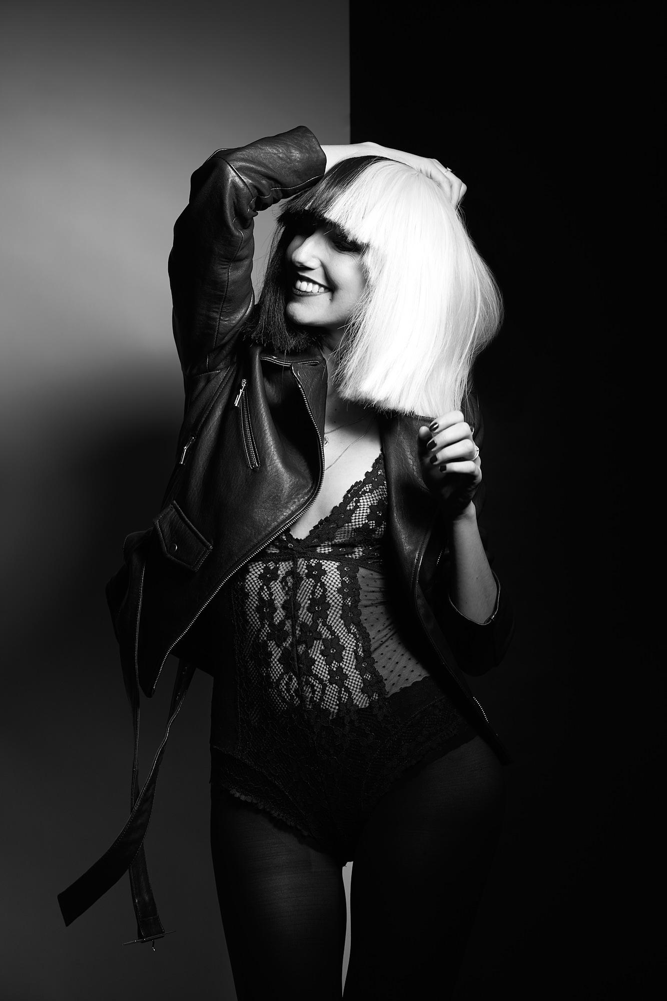 Femme avec perruque Sia, noir et blanc
