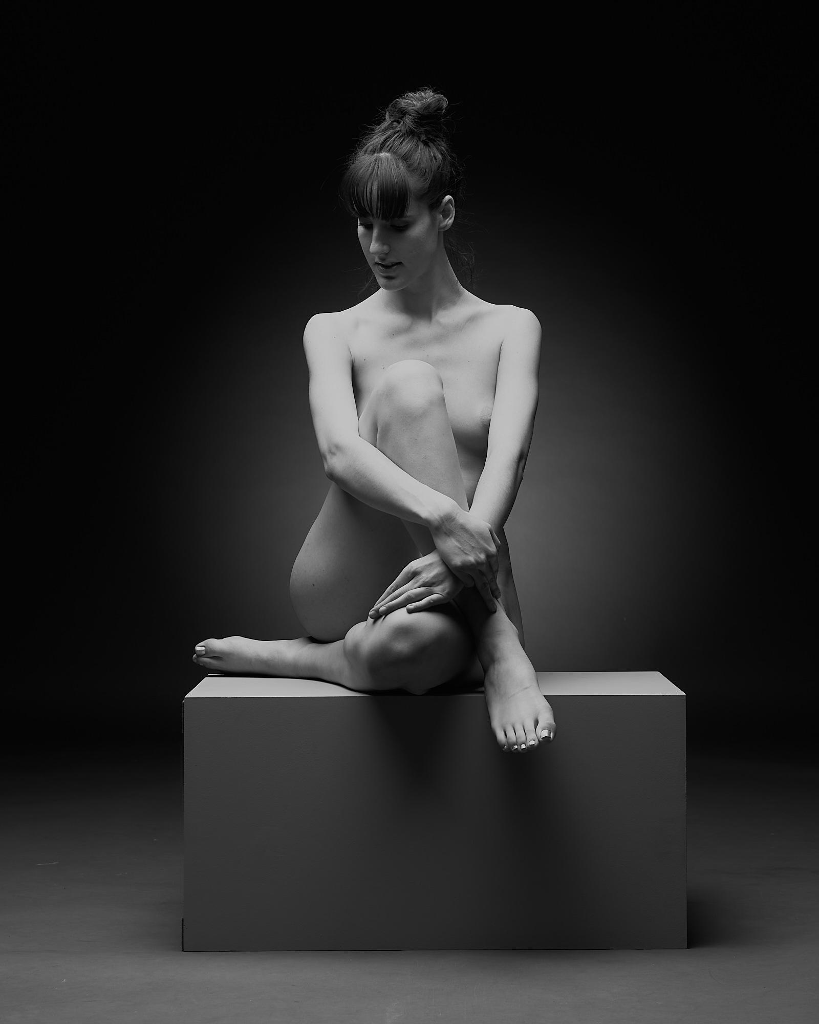 Une femme nue assise de face
