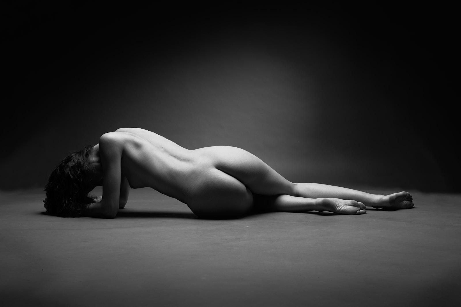 Une femme nue allongée de dos, nu académique, artistique