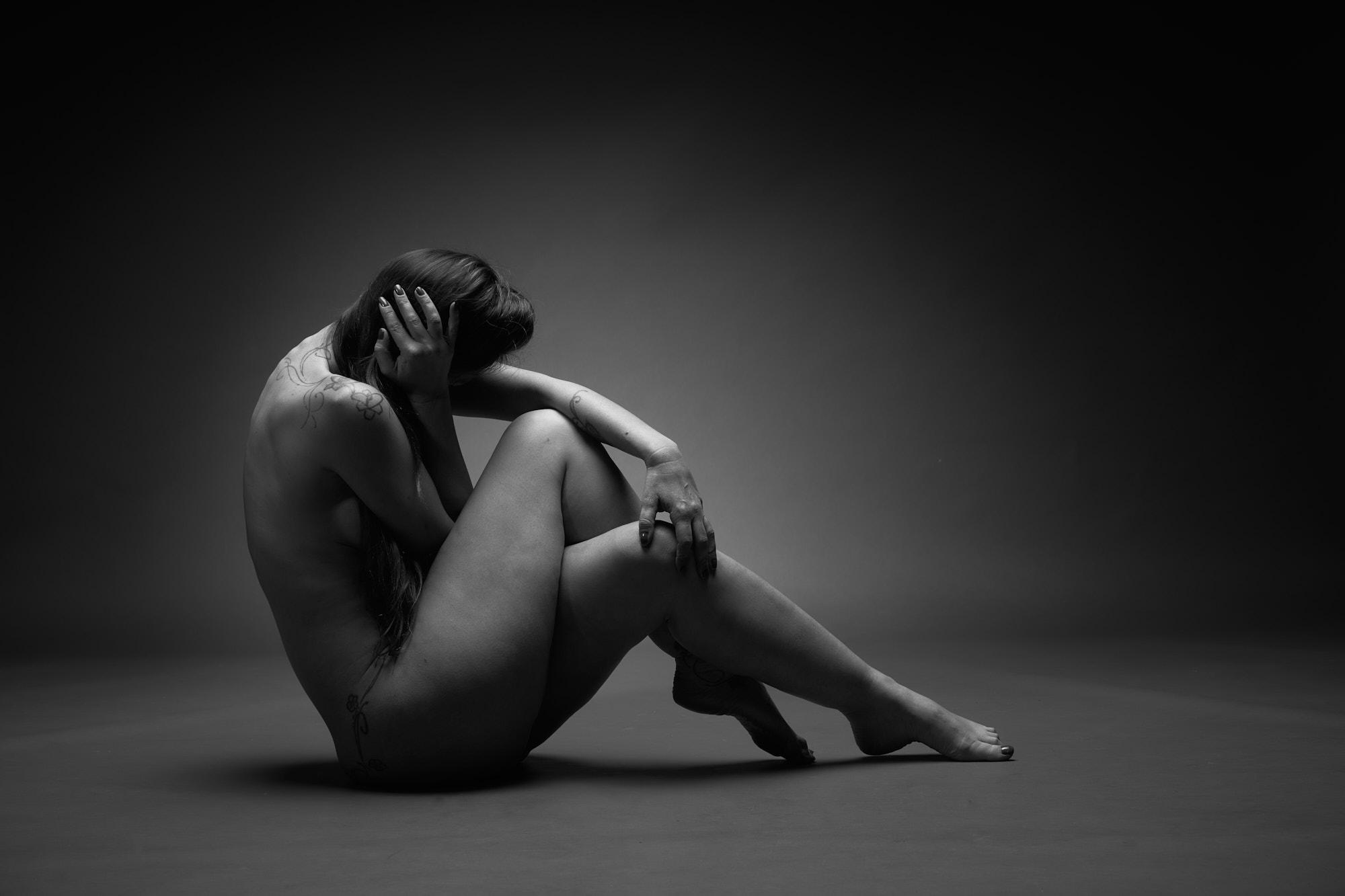 Femme assise au sol, nue