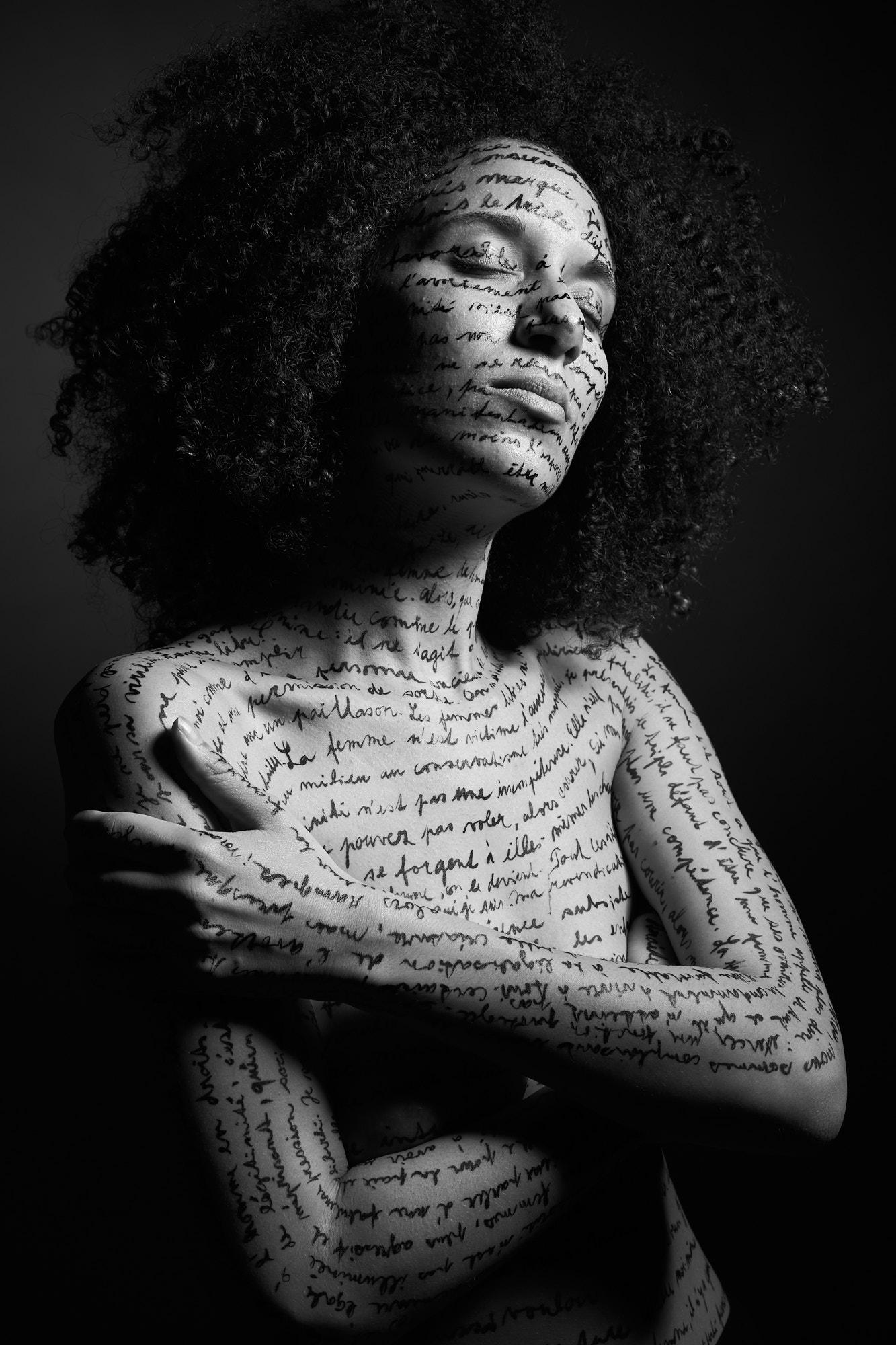 Une femme de trois quart, écriture sur le corps