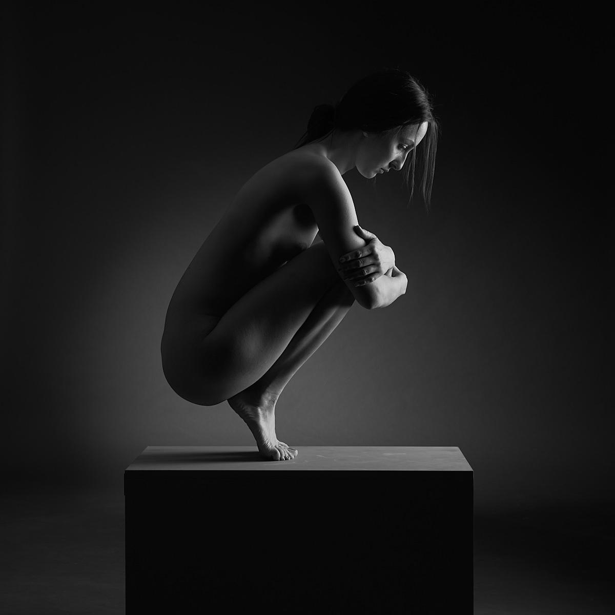 Femme accroupie nor et blanc