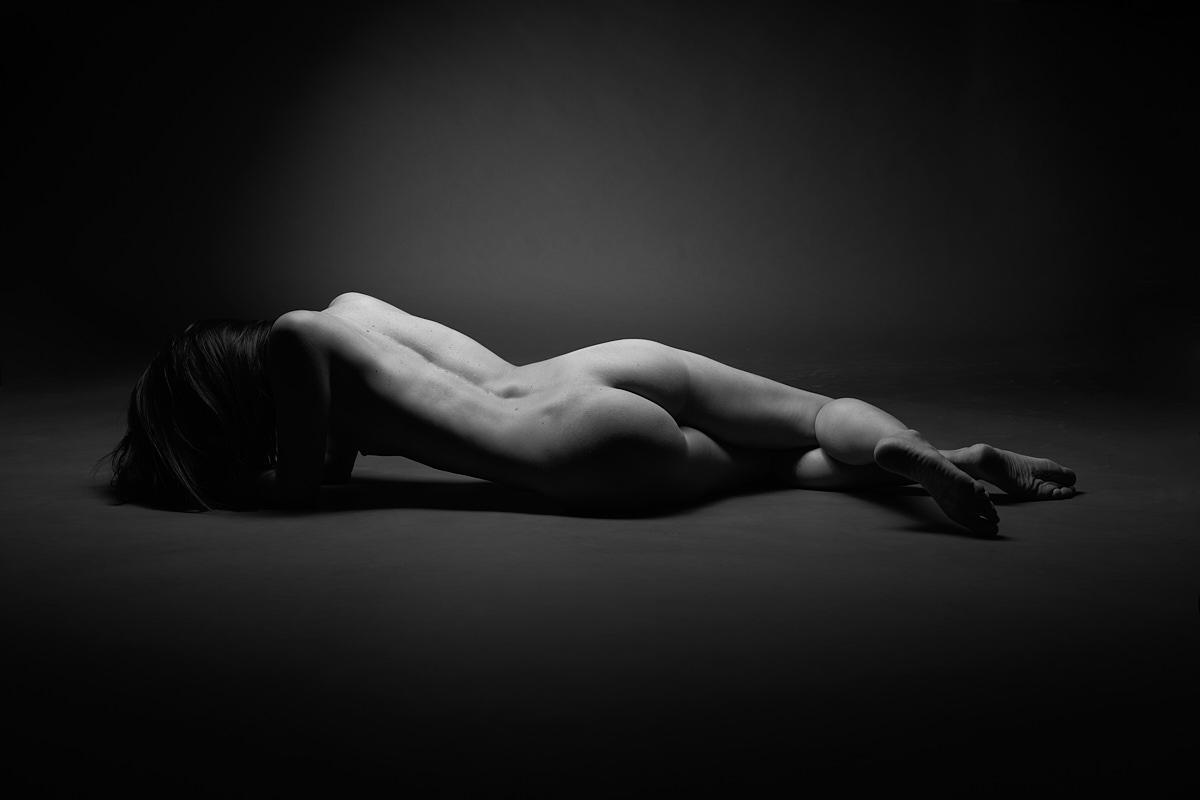 Femme allongée noir et blanc