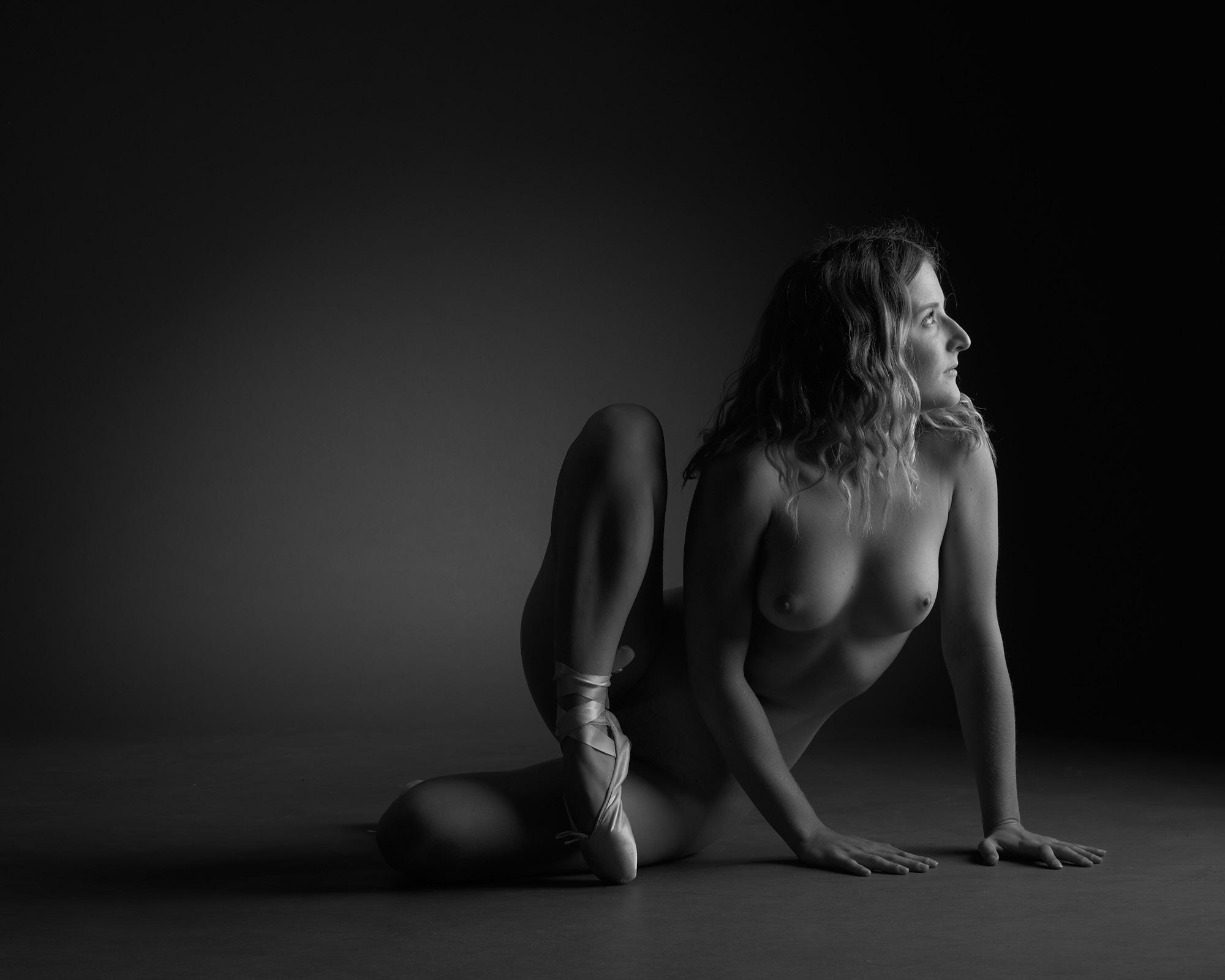 Femme assise, chaussons de danse