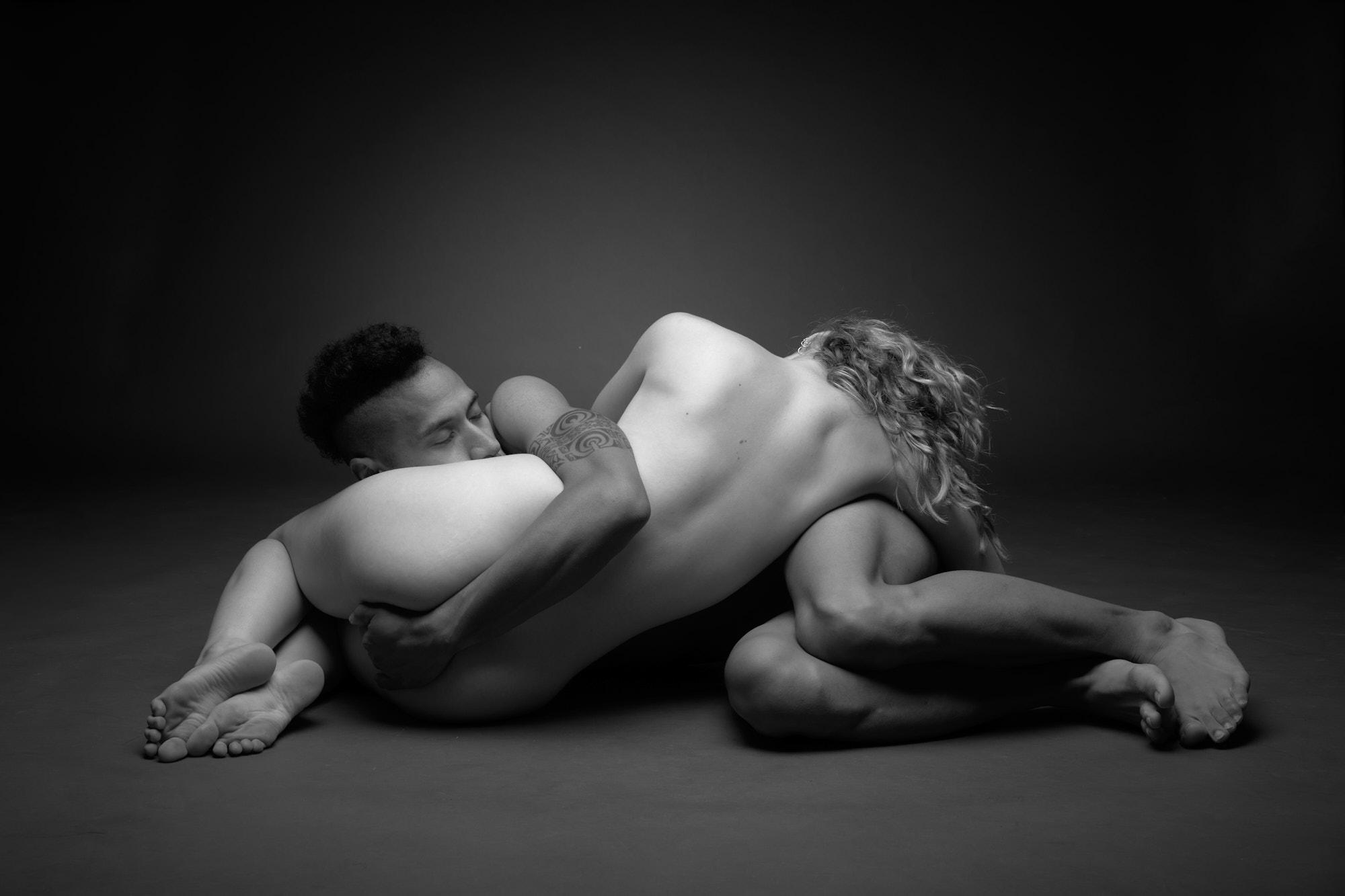 Couple allongé, nu caché