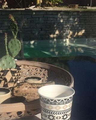 Ambiance zen au bord de la piscine