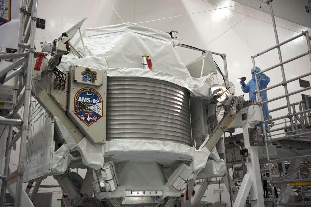Técnicos examinam o AMS-02 antes do lançamento (Foto: Glenn Benson / NASA)