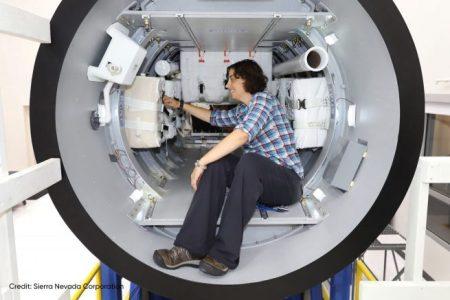 Liz Antognoli, un ingegnere di Dream Chaser, lavora alla dimostrazione del prototipo di payload. Credito fotografico: Sierra Nevada Corporation