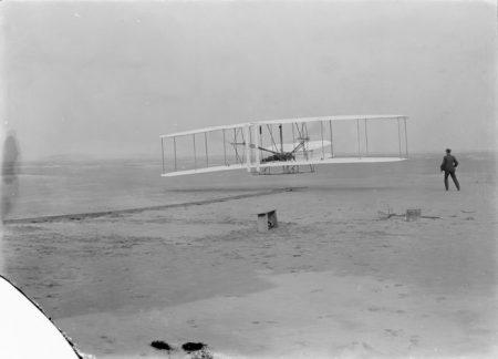 राइट ब्रदर्स द्वारा पृथ्वी पर पहली संचालित, नियंत्रित उड़ान का संचालन किया गया था।  Orville राइट राइट फ्लायर के नियंत्रण में था, जिसने 17 दिसंबर, 1903 को पहली, संक्षिप्त उड़ान भरी। क्रेडिट: लाइब्रेरी ऑफ कांग्रेस