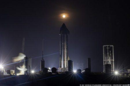 अप्रैल 2021 सुपर मून स्टारशिप SN15 और स्पेसएक्स के दक्षिण टेक्सास रॉकेट सुविधा में अधिकतम-क्यू nosecone परीक्षण संरचना पर उगता है।  साभार: निकोलस डी'अलांड्रो / स्पेसफलाइट इनसाइडर