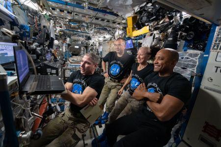 क्रू ड्रैगन रेजिलिएशन क्रू फरवरी 2021 में नासा के पूर्व अंतरिक्ष यात्री एडवर्ड गिब्सन के साथ एक वीडियो सम्मेलन में भाग लेता है, जो तीन स्काईलैब -4 अंतरिक्ष यात्रियों में से एक था।  बाएं से दाएं: माइक हॉपकिंस, सोइची नोगुची, शैनन वॉकर और विक्टर ग्लोवर।  साभार: NASA