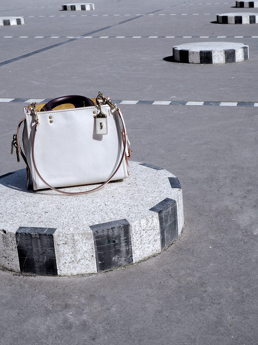 Coach Spring 2017 campaign. go Rogue bag in white. photoshooting in Palais Royal in Paris (6)