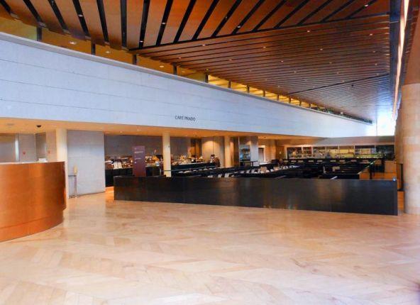 プラド美術館内のカフェ。軽食も取れるので、コーヒーブレイクだけでなくランチや軽い夕食なんかも済ませられるので便利です。