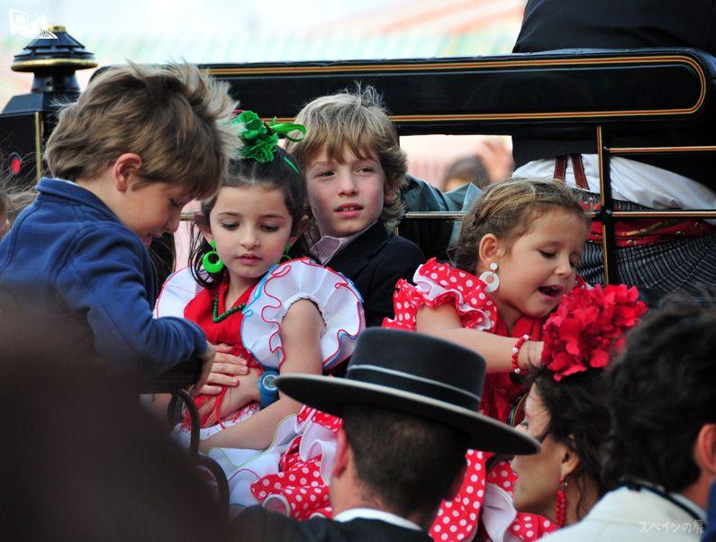 馬車に乗せてもらった子供たちも普段と違った表情を見せてくれます。シャッターチャンスを見逃さないようにカメラを構えているのも大変。