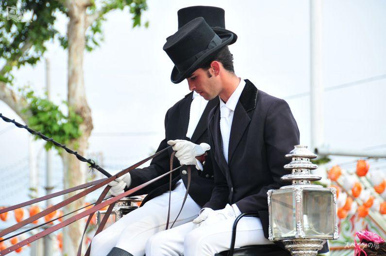 こんなに美しいスペイン人男性を見られるの春祭りならでは。雑誌から抜け出てきたようなオーラを放っていますよね。